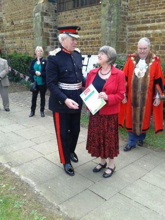 Elaine receiving Certificate